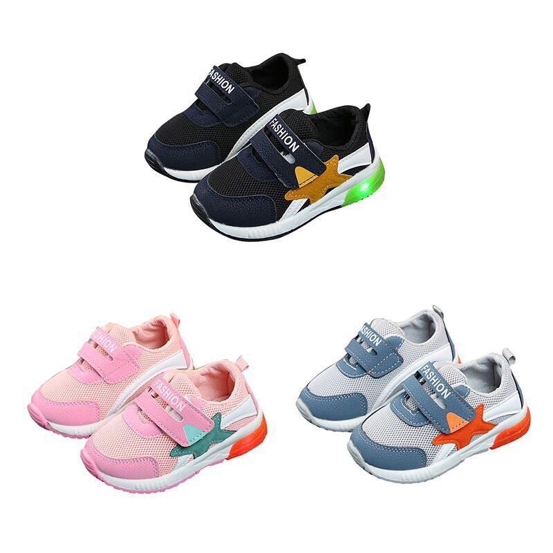 Giày thể thao đế có gắn đèn LED cho bé