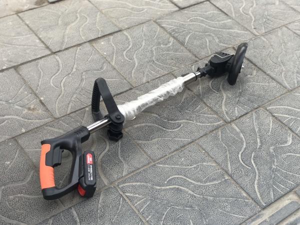 XẢ GẤP Máy cắt cỏ chạy pin siêu bền tặng kèm 8 lưỡi cắt theo máy.