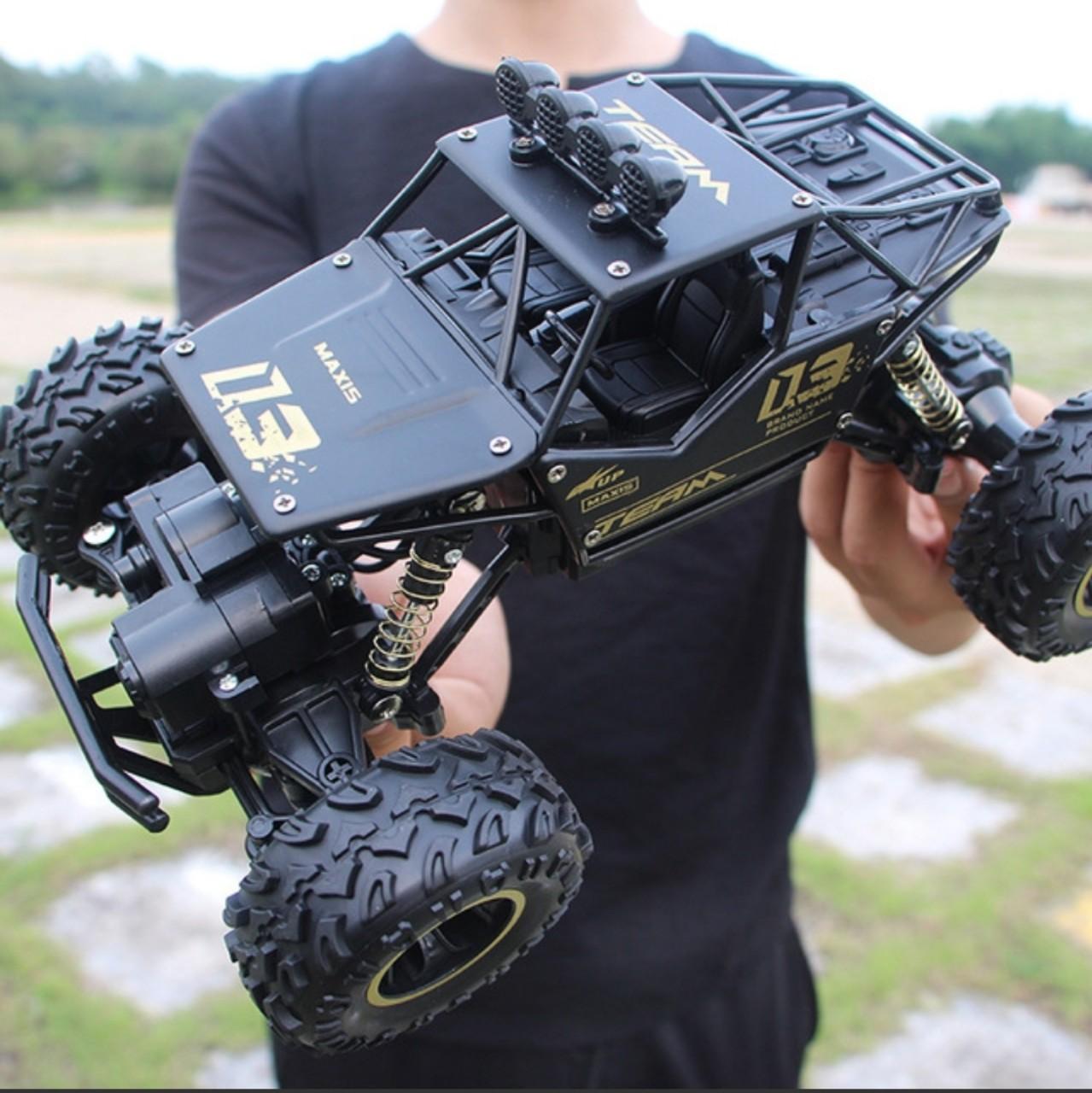 Ô tô đồ chơi siêu địa hình điều khiển từ xa,sử dụng pin sạc 2000mAh. kích thước 28cm x 17cm x 16cm. Xe có thể leo dốc 30 đến 45 độ và vượt chướng  ngại vật cao từ 5cm đến 7cm
