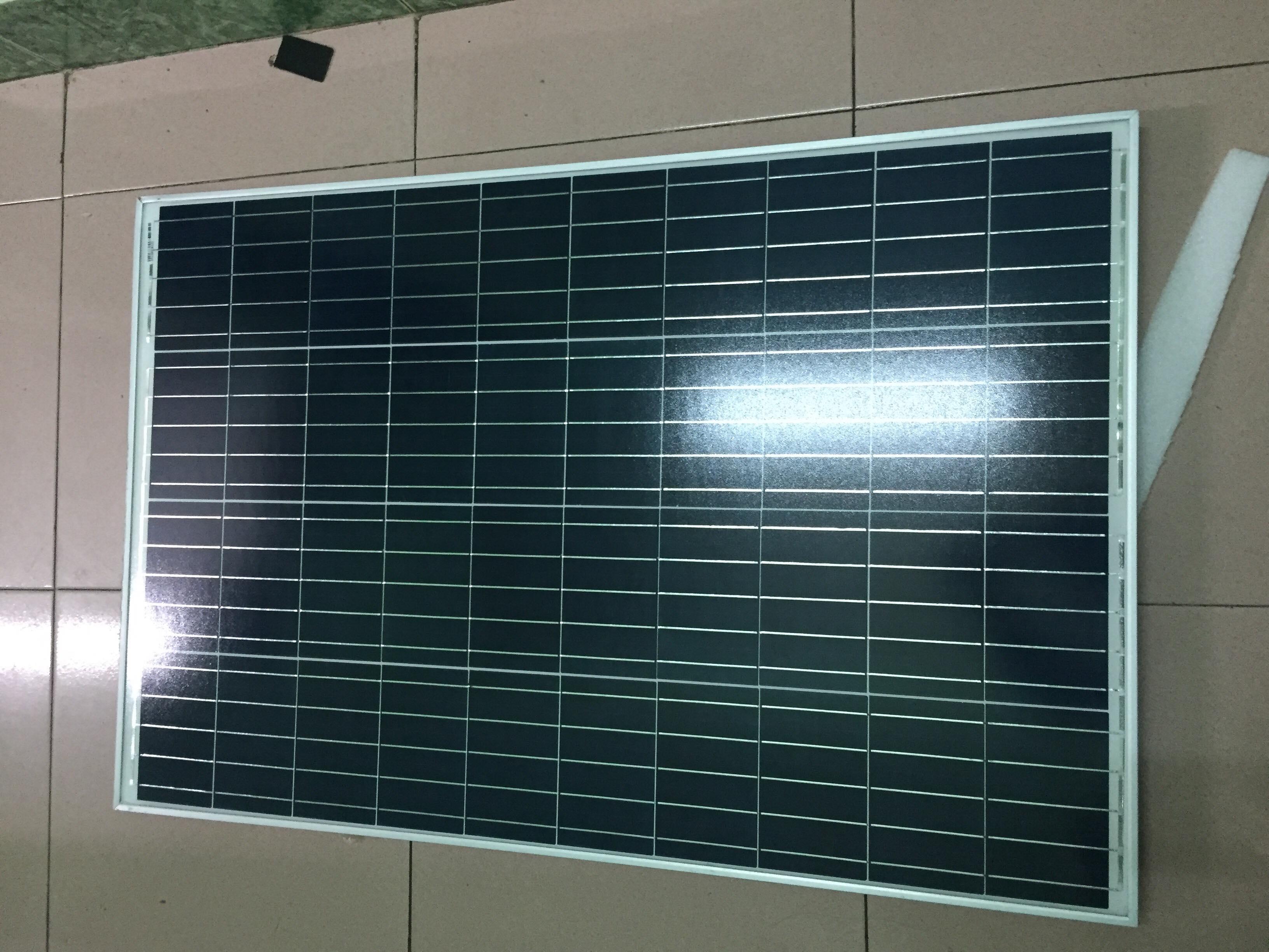 tấm pin năng lượng mặt trời poly 135w . Tặng 2 đầu gim dây điện . đực, cái