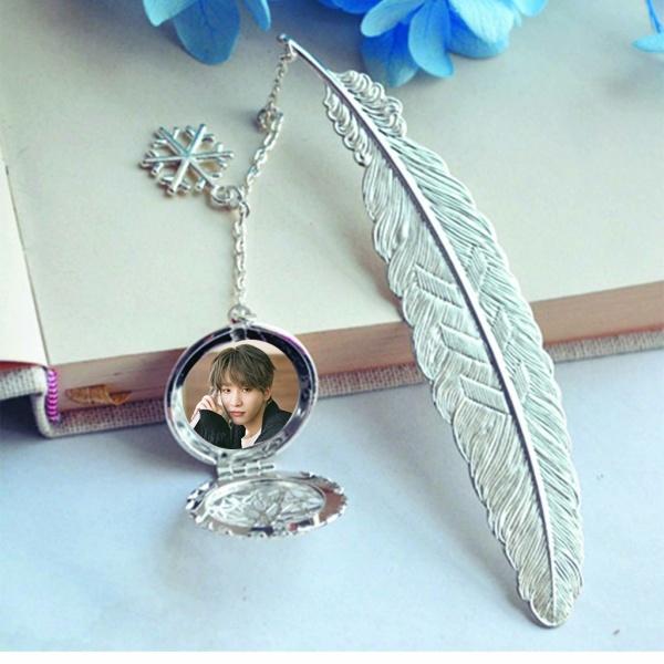 ( không kèm hộp ) Bookmark lông vũ IN HÌNH Liên Hoài Vĩ IXFORM idol cpop gắn điệp lá kim loại mỏng