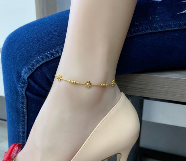 Lắc chân titan cao cấp hoa mai kết hợp bi tròn cách điệu màu vàng đẹp, bền màu, không gỉ ,chuẩn thời trang