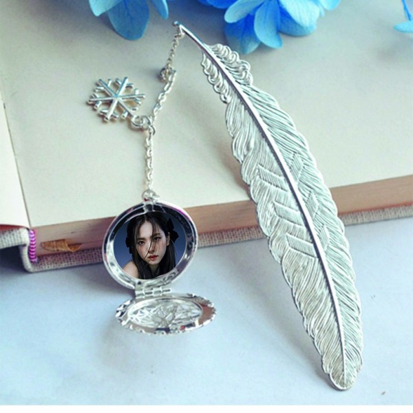 ( không kèm hộp ) Bookmark lông vũ IN HÌNH Jisoo Blackpink gắn điệp lá kim loại mỏng