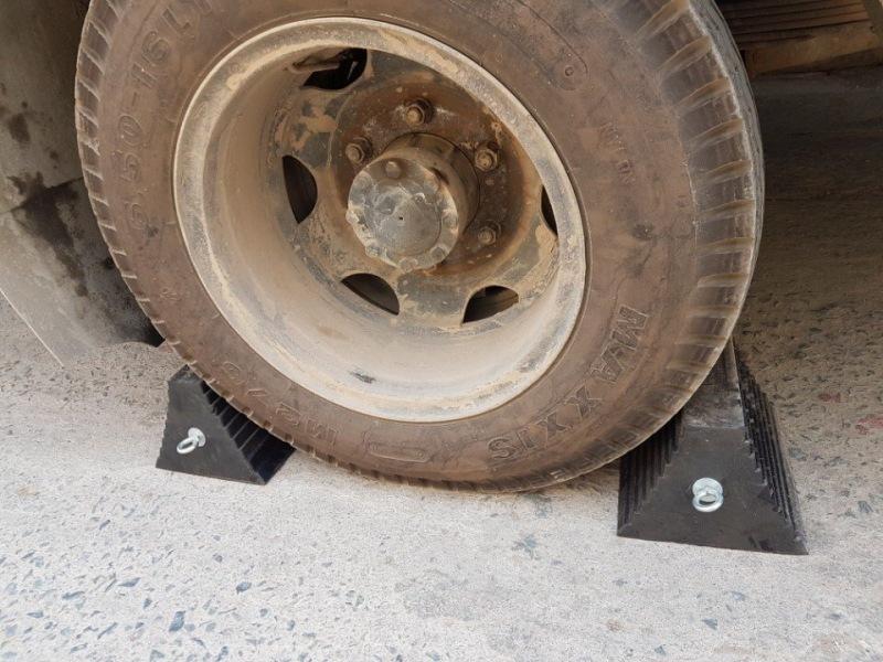 Cục chèn bánh xe cao su KBN245