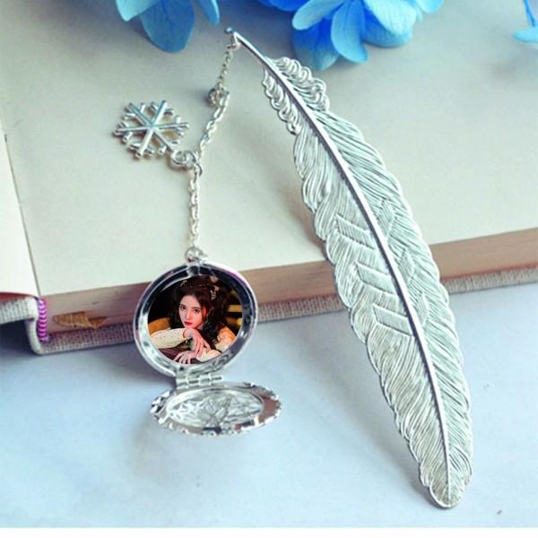 ( không kèm hộp ) Bookmark lông vũ gắn điệp IN HÌNH Cúc Tịnh Y kim loại mỏng idol thần tượng cpop kpop