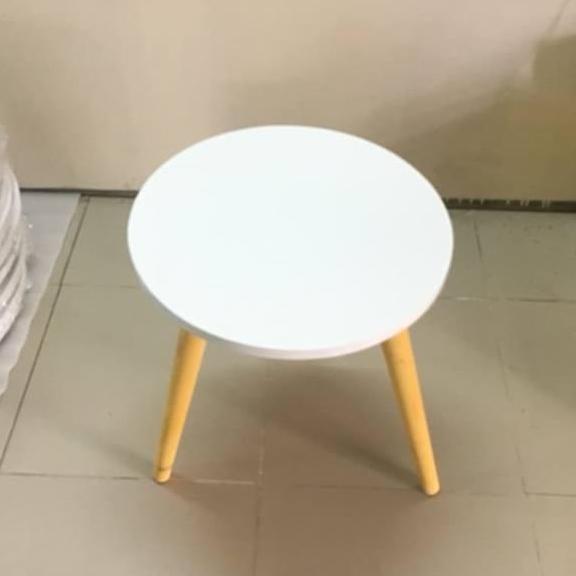 Bàn tròn trắng sofa