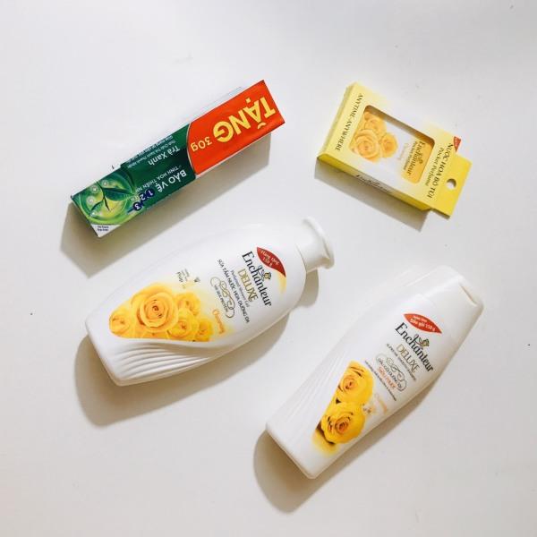Trọn bộ 4 món dành cho nữ : 1chai Sữa Tắm Trắng Và Dưỡng Ẩm có hạt Enchanteur + 1chai Dầu Gội Dưỡng Tóc Siêu Mượt Enchanteur + 1 chai nước hoa Enchanteur + Tặng 1 kem đánh rang p/s