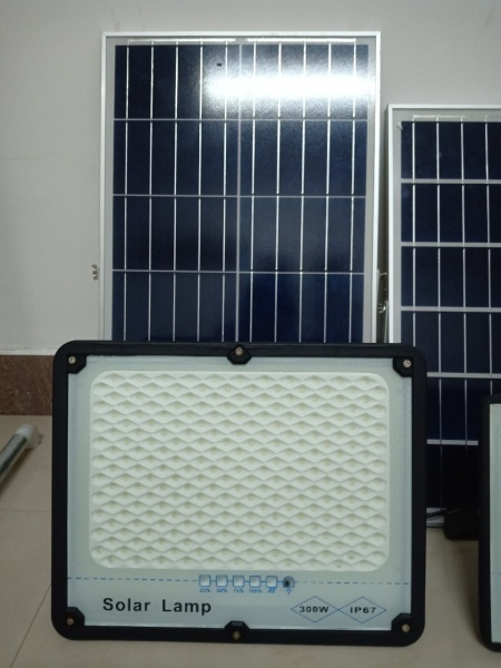 Bộ đèn pha led năng lượng mặt trời 300W- Thân nhôm, Có chế độ bật tắt tự động, IP67 chống nước tuyệt đối