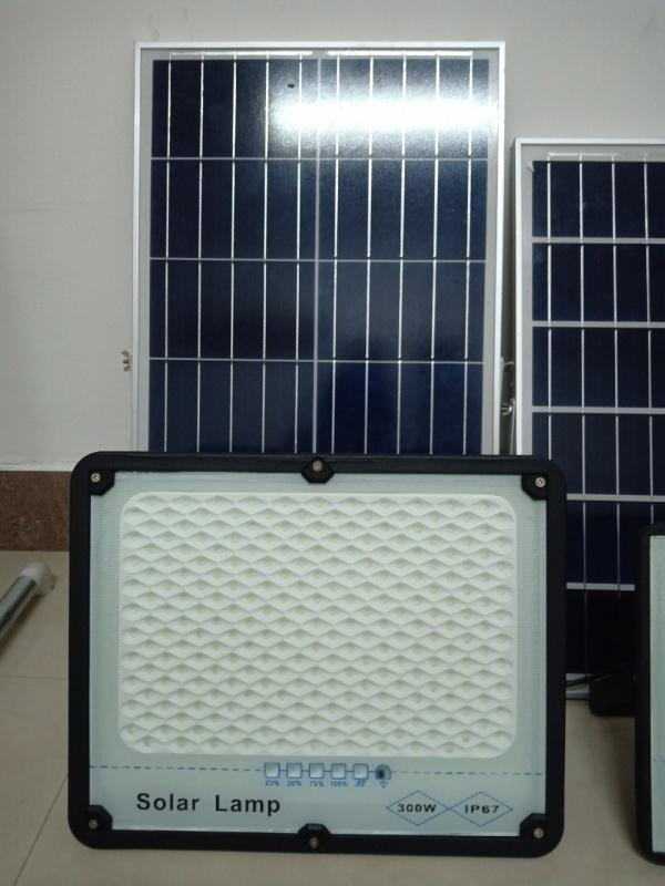 Đèn Led Pha Năng Lượng Mặt Trời 300W Solar Lamp- Tấm pin mặt trời Polycrystalline với hiệu suất sạc cao Tiêu chuẩn chống nước và chống bụi IP67