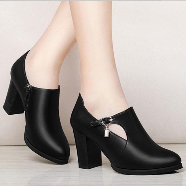 ( Bảo hành 12 tháng ) Giày boot thời trang nữ khoét hình bán nguyệt - Giày boot cao gót 7cm - Giày nữ mũi nhọn phối khóa thời trang - Mall Linus LN1687 giá rẻ