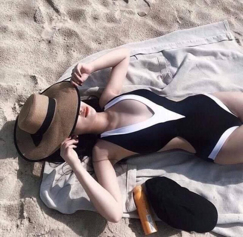 Nơi bán Monokini cut out đen viền trắng