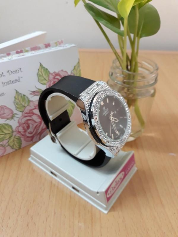 Nơi bán Đồng hồ thời trang nữ HL160 dây cao su thơm + mặt đính đáng sang trọng size 36mm