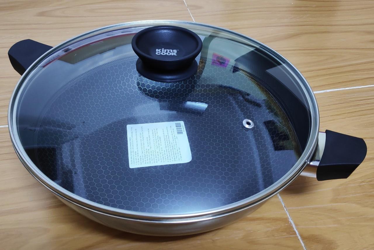 Chảo lòng sâu INOX chống dính BLACKCUBE 28cm có nắp kính (hiệu T&K-KIMSCOOK)