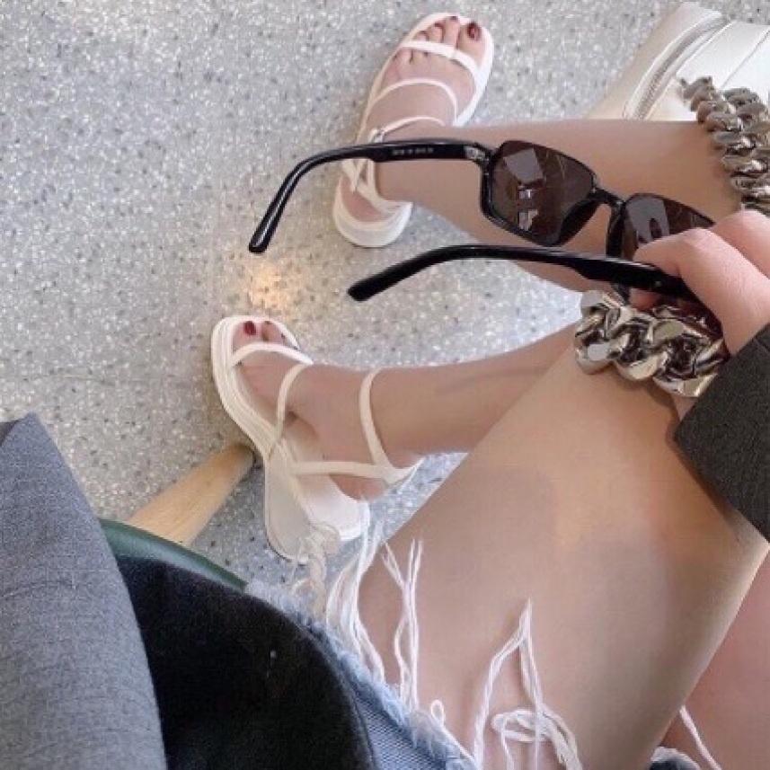 Sandal đế xuồng 3 dây ngang ôm chân, với chất liệu da pu kết hợp với đế xuồng đi rất chắc chắn mà lại êm chân giá rẻ