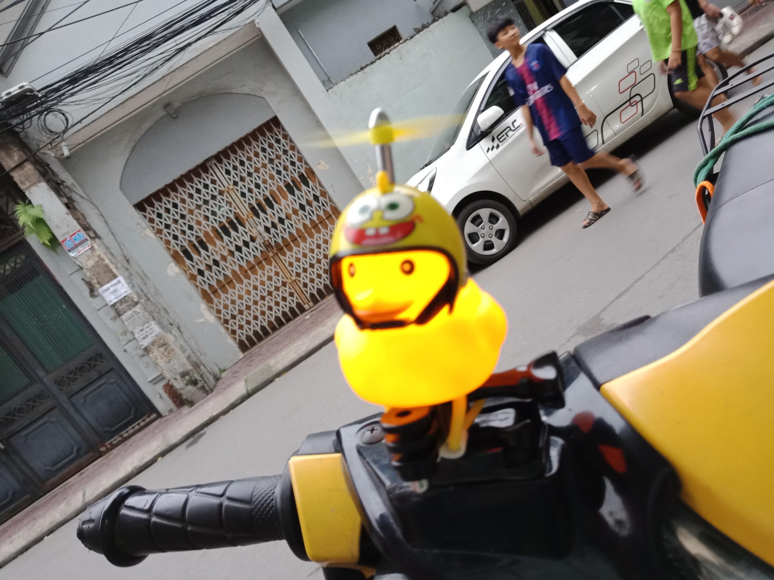 Vịt vàng đội mũ bảo hiểm có chong chóng gắn đầu xe - Vịt gắn đầu xe đạp, xe máy