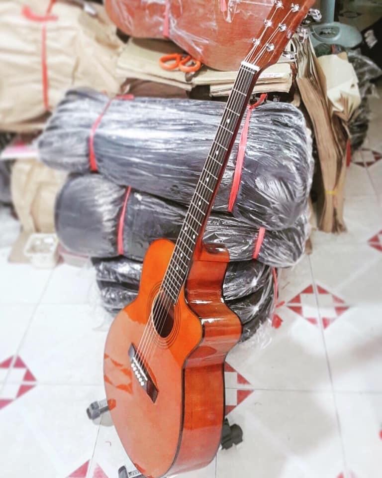Đàn acoustic gỗ hồng đào màu yamaha