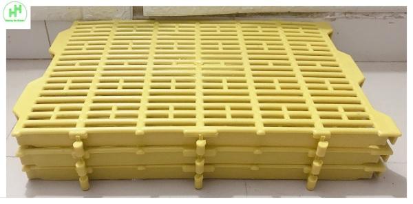 3 Tấm Nhựa Lót Sàn Chuồng Chó, Chuồng Heo, Mèo... Kích thước 40×55x3.5cm Có Thể Ghép Vào Nhau, Màu Vàng - Tấm nhựa lót sàn đa năng màu Vàng!