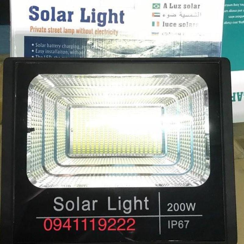 Đèn năng lượng mặt trời 200w ( 400 chip led). Thời gian nạp: 3-4 tiếng Ánh sáng trắng Có điều khiển từ xa tiện lợi và thông minh