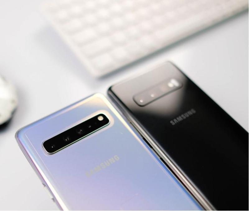 Điện Thoại Samsung Galaxy S10 5G Chuẩn Zin 100% - Hiệu Năng Mạnh Mẽ - Thời Lượng Pin Khủng Với Viên Pin 4500mA - Sạc Ngược Không Dây Tiện Lợi. Tặng Sạc Cáp Nhanh Chính Hãng Và Tai Nghe AKG.