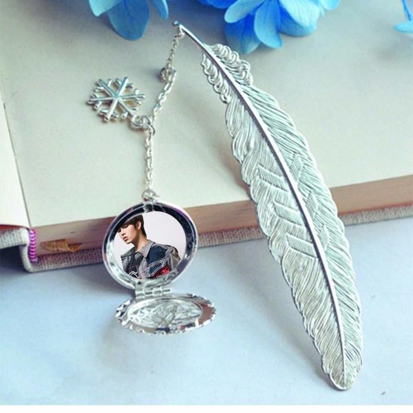 ( không kèm hộp ) Bookmark lông vũ IN HÌNH Lưu Tuyển IXFORM idol cpop gắn điệp lá kim loại mỏng