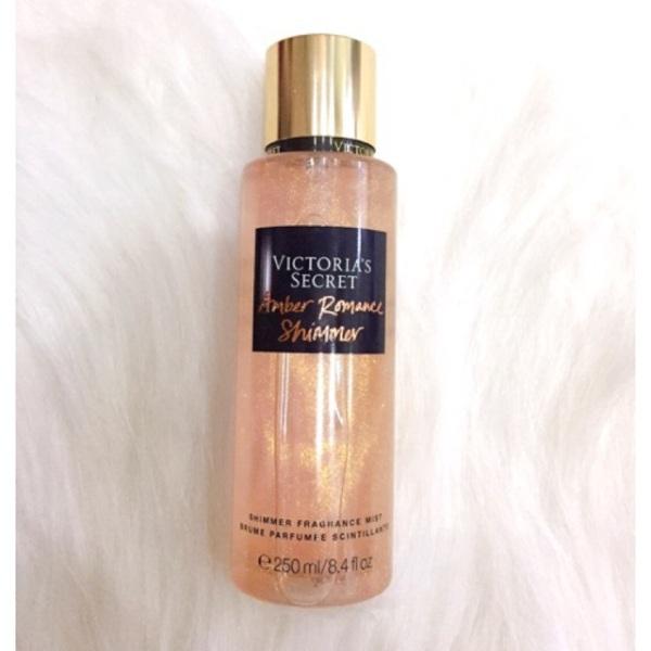 Xịt Thơm Có Nhũ Victoria's Secret Holiday Shimmer Fragrance Mist 250ml Xịt thơm mist nhũ kim tuyến Victorias Secret - Amber Romance Shimmer  giúp làn da của bạn nuôi dưỡng mềm mại, tỏa sáng lấp lánh rạng rỡ