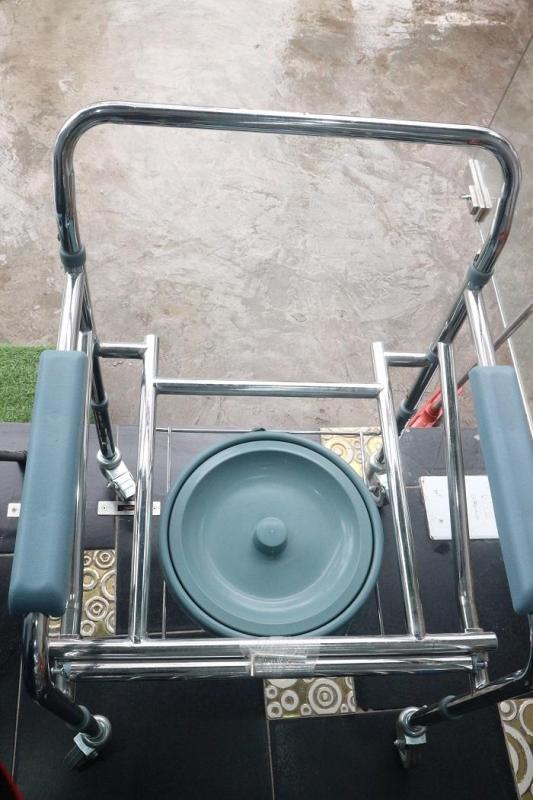 Ghế bô vệ sinh có bánh xe lucass