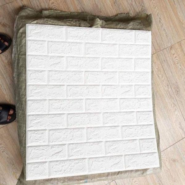 5 Tấm xốp dán tường giả gạch. Kích thước: 70cm X 77cm/tấm. Chất liệu thân thiện môi trường, góc cạnh của xốp mềm mại hơn, an toàn cho trẻ em khi được bảo vệ bằng miếng ốp tường.
