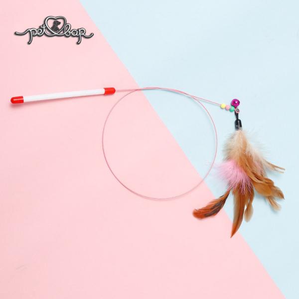 Cần câu mèo dây thép có chuông – đồ chơi tương tác bằng lông vũ cho thú cưng, được làm bằng chất liệu thép mềm siêu dẻo, cộng thêm lông vũ cột ngay đầu cần câu