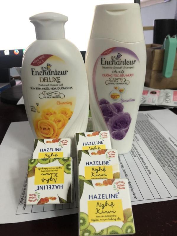 (th) Conbo 2 tặng 1 bao gồm: 1 chai sữa tắm enchanteur 100ml( màu ngẫu nhiên) + 1 chai dầu gội Enchanteur 150g( màu ngẫu nhiên) + tặng 1 món quà ngẫu nhiên
