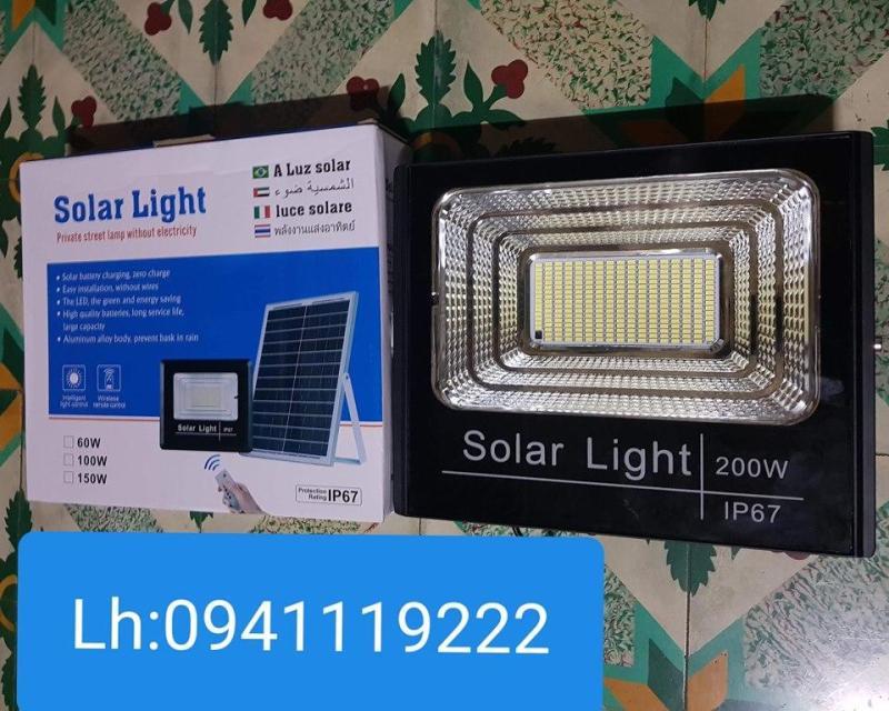 Đèn năng lượng mặt trời 200w 289. Thời gian chiếu sáng: 10-12h/ngày. Ánh sáng trắng Có điều khiển từ xa tiện lợi và thông minh