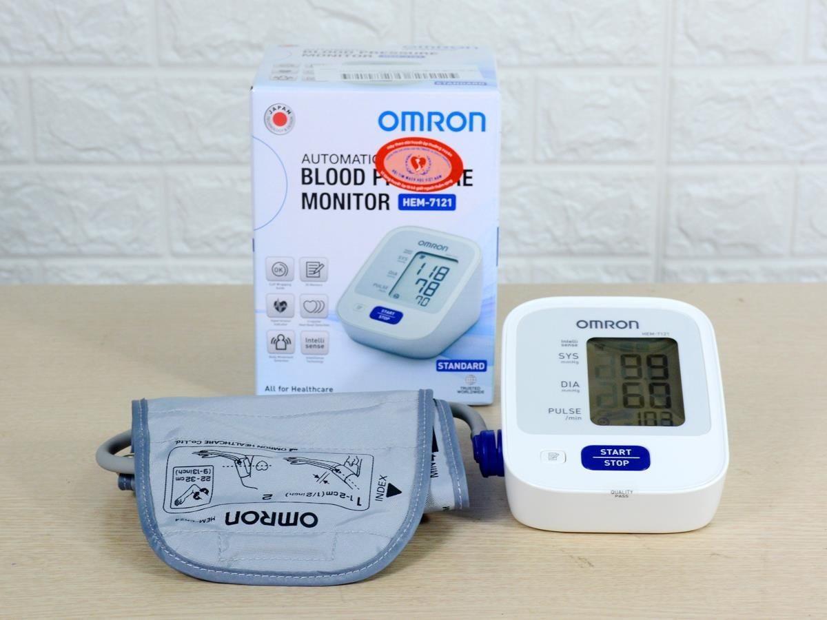 Máy đo huyết áp bắp tay tự động Omron HEM-7121 hỗ trợ đo huyết áp, nhịp tim đơn giản ngay tại nhà