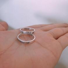 Nhẫn đôi bạc ta khắc tên nam nữ.
