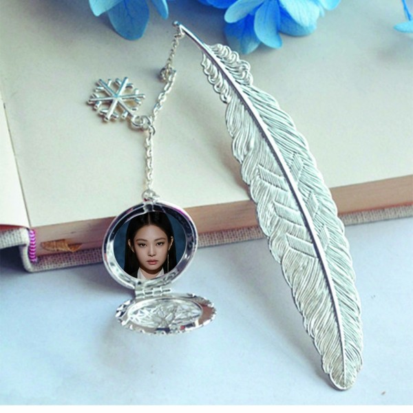 ( không kèm hộp ) Bookmark lông vũ IN HÌNH Jennie Blackpink gắn điệp lá kim loại mỏng