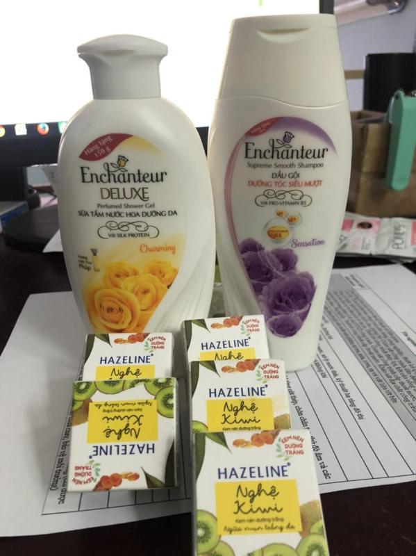 Conbo 2 tặng 1 bao gồm: 1 chai sữa tắm enchanteur 100ml( màu ngẫu nhiên)  + 1 chai dầu gội Enchanteur 150g( màu ngẫu nhiên) + tặng 1 món quà ngẫu nhiên