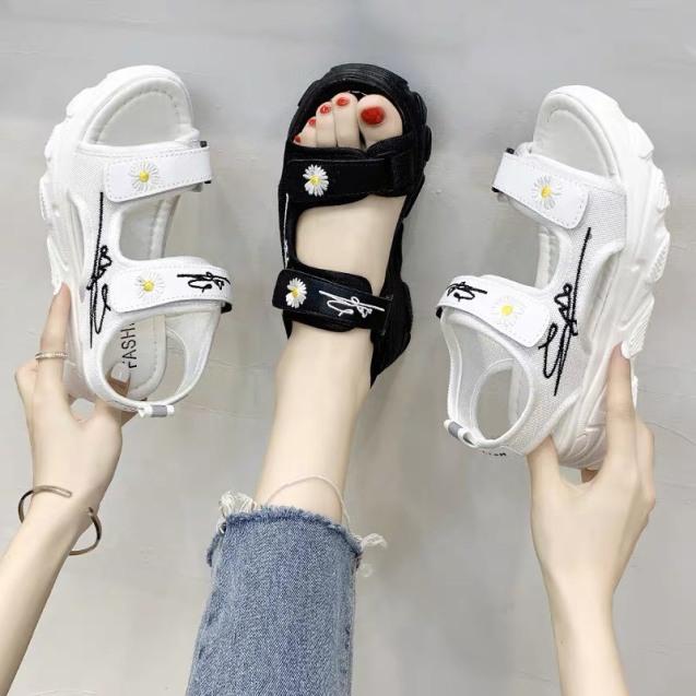 (2 MÀU) Sandal nữ Ulzang đế cao siêu êm 2 quai gắn hoa cúc hót trend 2 màu Đen Trắng giá rẻ