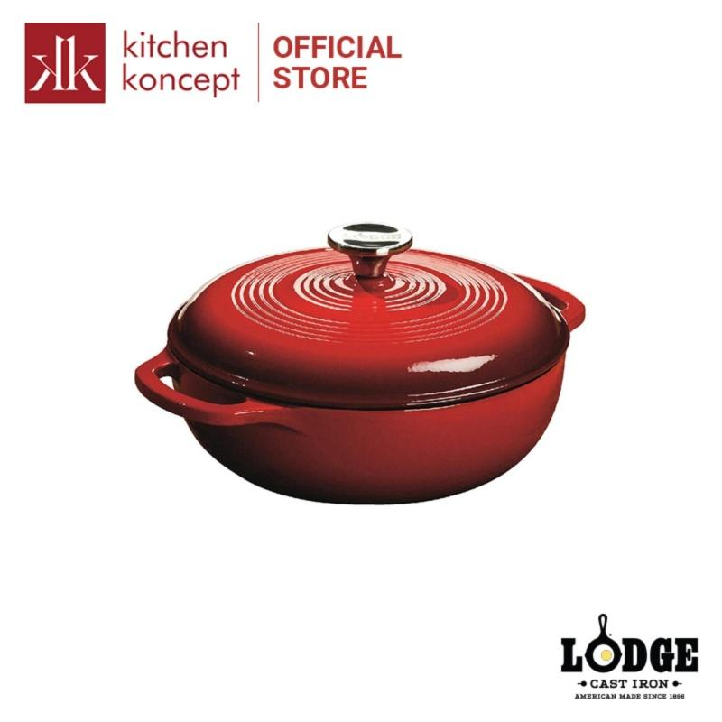 Nồi gang Lodge phủ men màu đỏ 2.8L với lớp tráng men phù hợp cho món kho, hầm, nấu chậm và không lo rỉ sét. Có thể sử dụng trên bếp từ và trong lò nướng