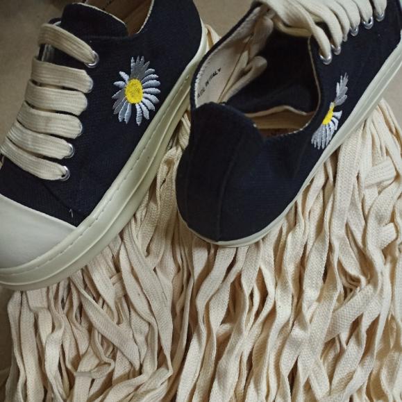 dây giày rickkk loại đẹp ( dài 1m30 ngang 1cm) giá rẻ