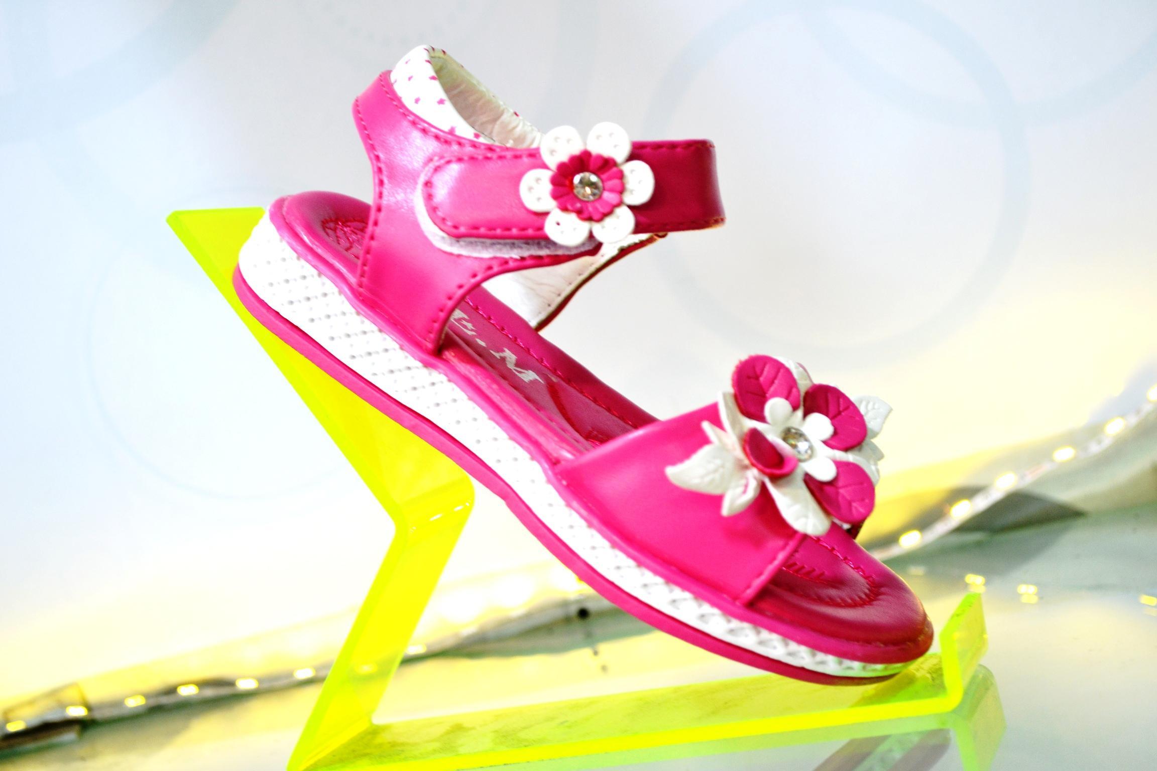 Sandal trẻ em bé gái màu hồng