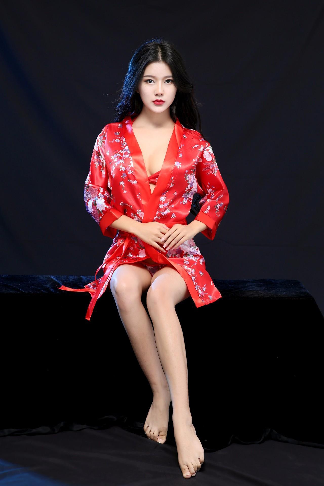 Áo choàng ngủ sexy kèm quần chip áo ngực họa tiết đỏ