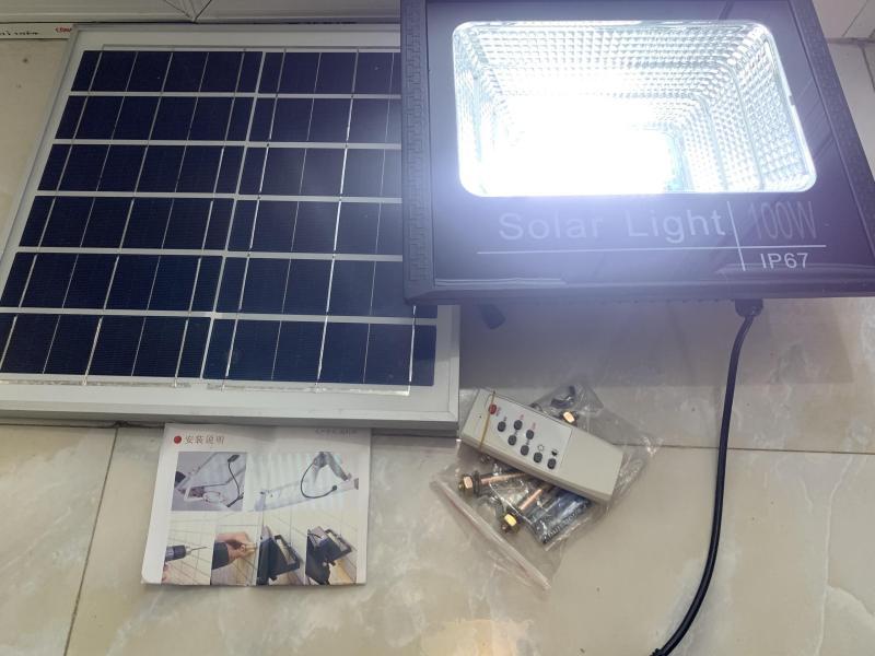 Bộ đèn Led pha năng lượng mặt trời 100W siêu sáng- Có chế độ bật tắt tự động, điều khiển từ xa, chống nước IP67