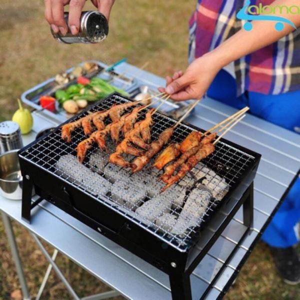 Bếp nướng than hoa vuông cao cấp sử dụng than hoa hoặc than không khói, có khay chứa mỡ chảy xuống, không nóng lên trên, có nút chỉnh chế độ quạt gió, an toàn khi sử dụng, giữ được độ ngon, đậm của thức ăn.