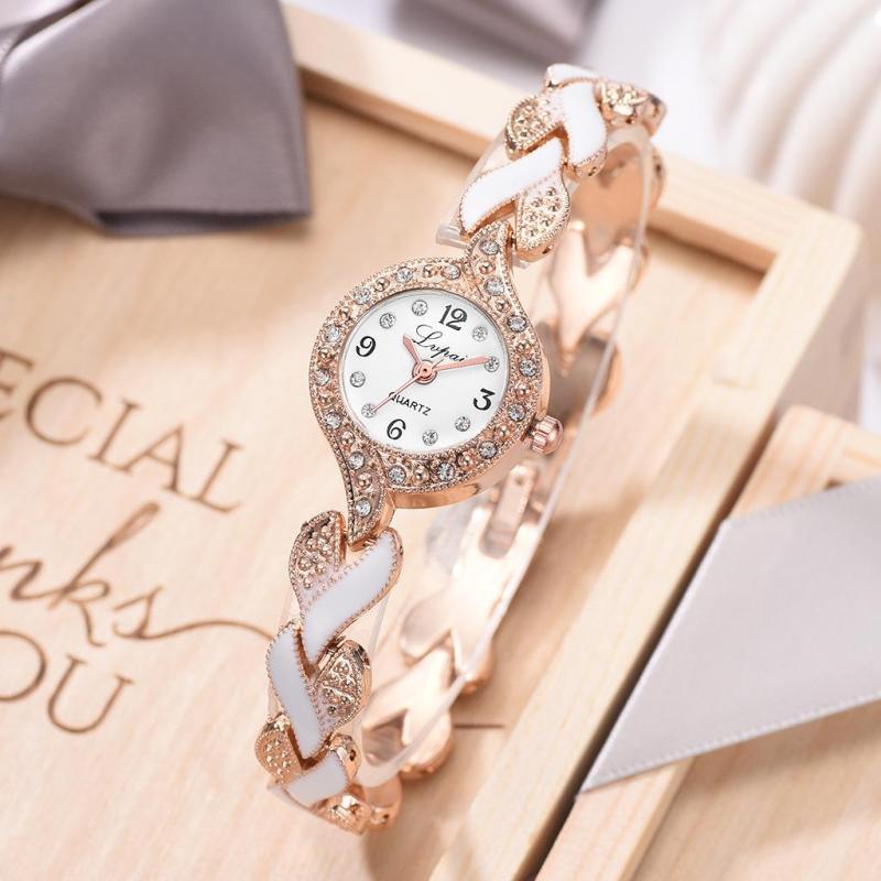 Nơi bán Đồng hồ nữ thiết kế dây deo cách điệu trái tim khảm sứ với mặt đồng hồ tròn kế hợp viền đá trẻ trung, cá tính LV09