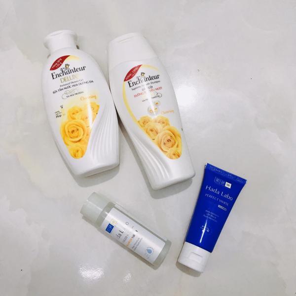 Set 4 món bao gồm : 1chai sữa tắm hương nước hoa 150g + 1chai dầu gội hương nước hoa 150g + TẶNG 1chai dung dịch dưỡng ẩm da + 1chai sữa rửa mặt trắng da