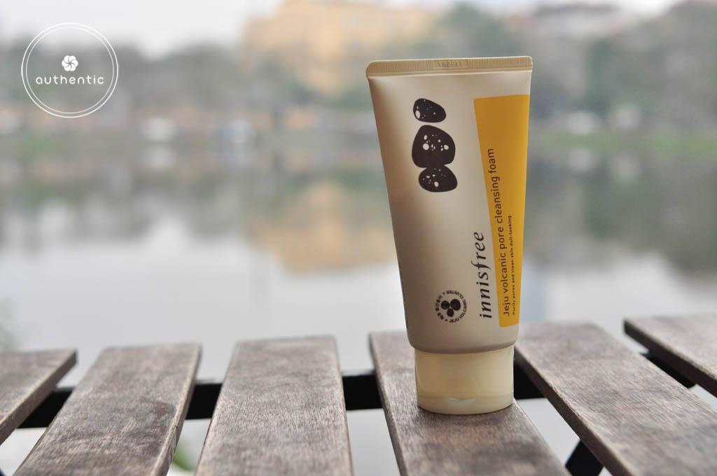 Sữa Rửa Mặt Tro Núi Lửa Trị Mụn Đầu Đen, Bã Nhờn Innisfree Jeju Volcanic Pore Cleansing Foam 150ml tốt nhất