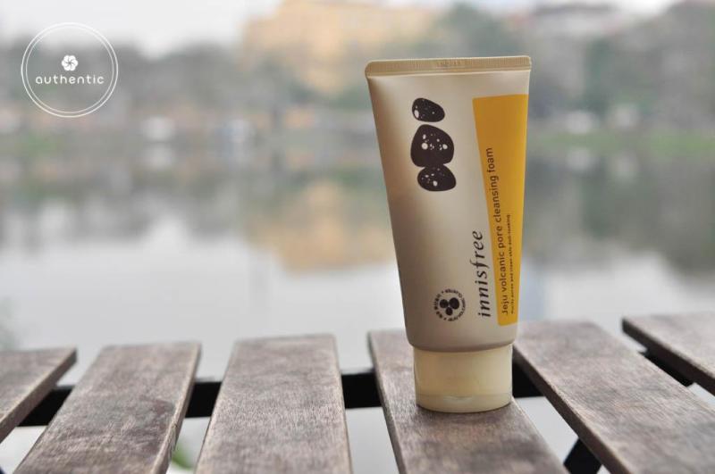 Sữa Rửa Mặt Tro Núi Lửa Trị Mụn Đầu Đen, Bã Nhờn Innisfree Jeju Volcanic Pore Cleansing Foam 150ml nhập khẩu