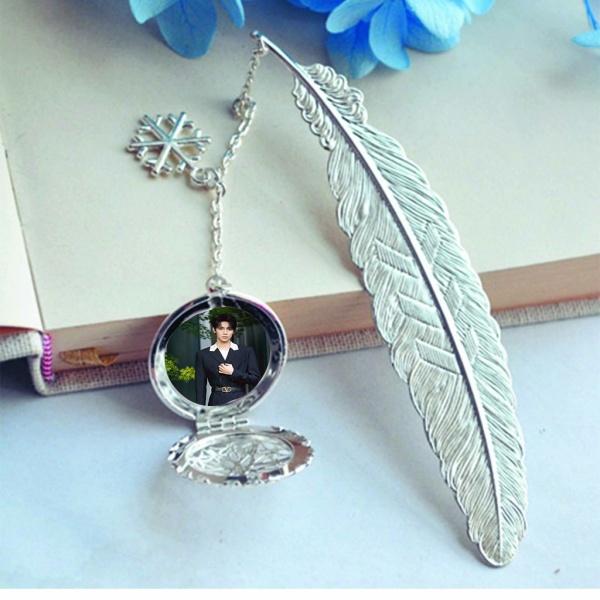 ( không kèm hộp ) Bookmark lông vũ IN HÌNH La Nhất Châu IXFORM idol cpop gắn điệp lá kim loại mỏng