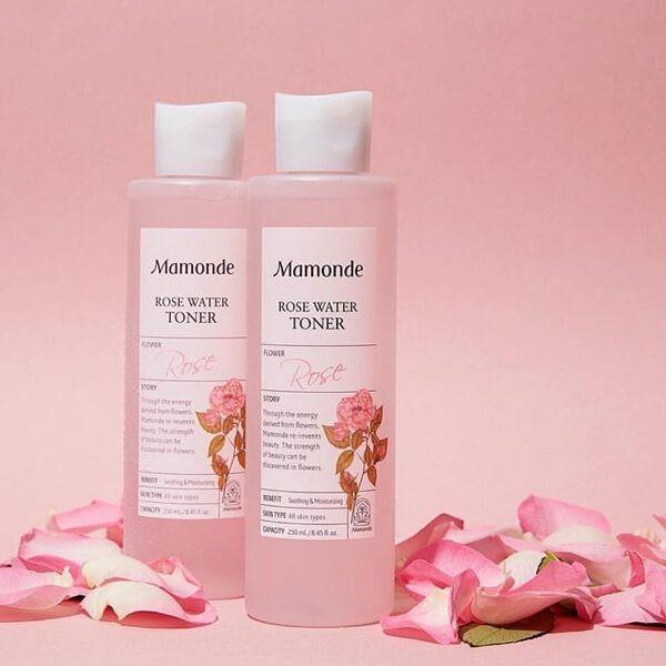 Nước hoa hồng Mamonde Rose Water toner 250ml nước hoa hồng damask sẽ cân bằng độ pH, độ ẩm lập tức ngay khi thoa lên da. Sản phẩm chứa rất nhiều vitamin thiệt tốt cho da, làm mềm và mịn da lão hoá. cao cấp