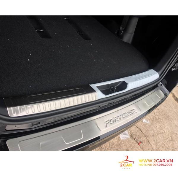 Bộ ốp chống trầy cốp trong + ngoài xe Toyota Fortuner 2019, chất liệu Inox