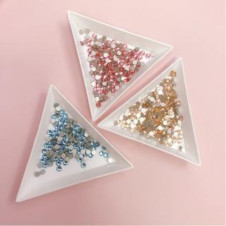 Khay nhựa hình tam giác đựng đá charm hoa bột phụ kiện nail chuyên dụng thumbnail