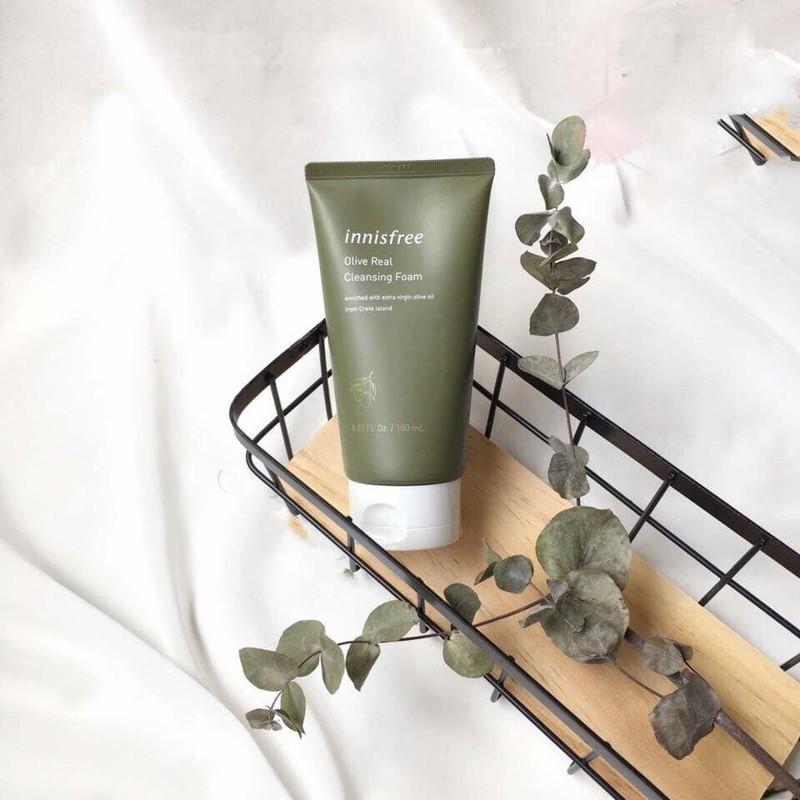 Sữa rửa mặt dưỡng ẩm chuyên sâu Innisfree Olive Real Cleansing Foam